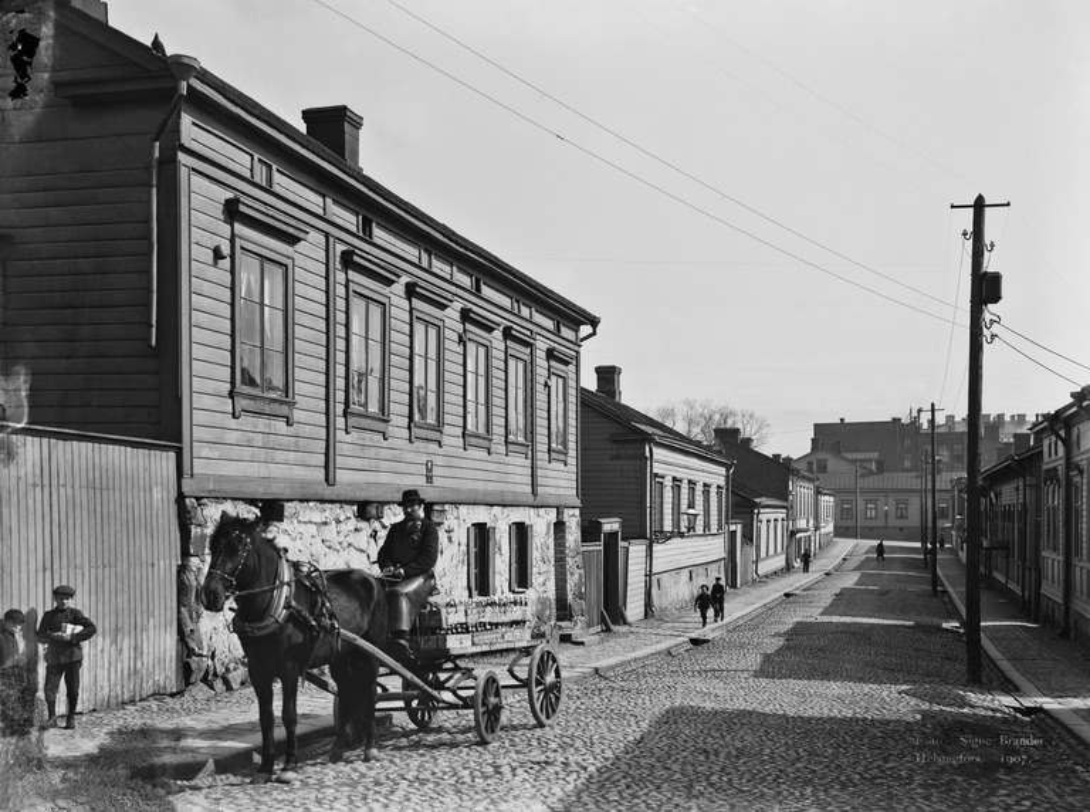 Jääkärinkatu 9, 7, 5. Helsingfors Nya Läskdrycksfabrikin kuorma-ajuri kadulla.