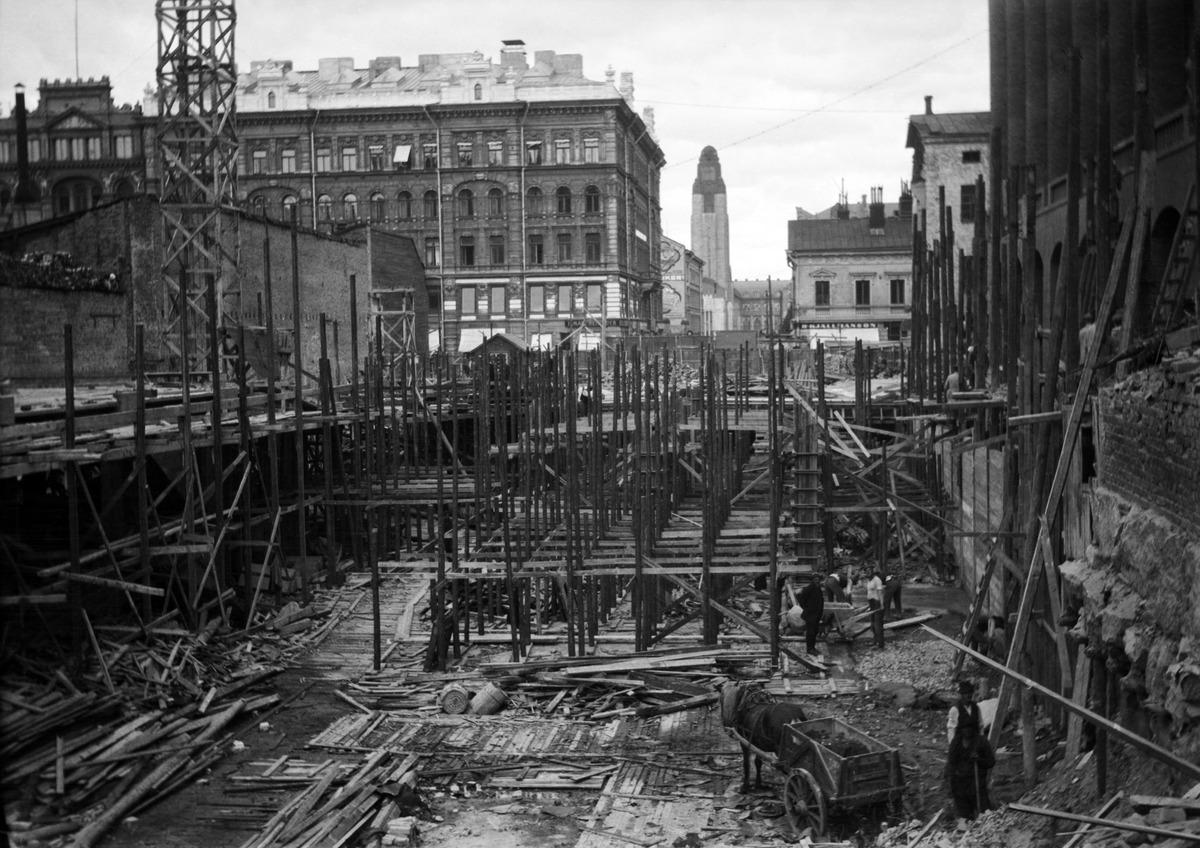 Kadunrakennustyömaa Hakasalmenkadulla eli nykyisen Keskuskadun kohdalla vuonna 1921.
