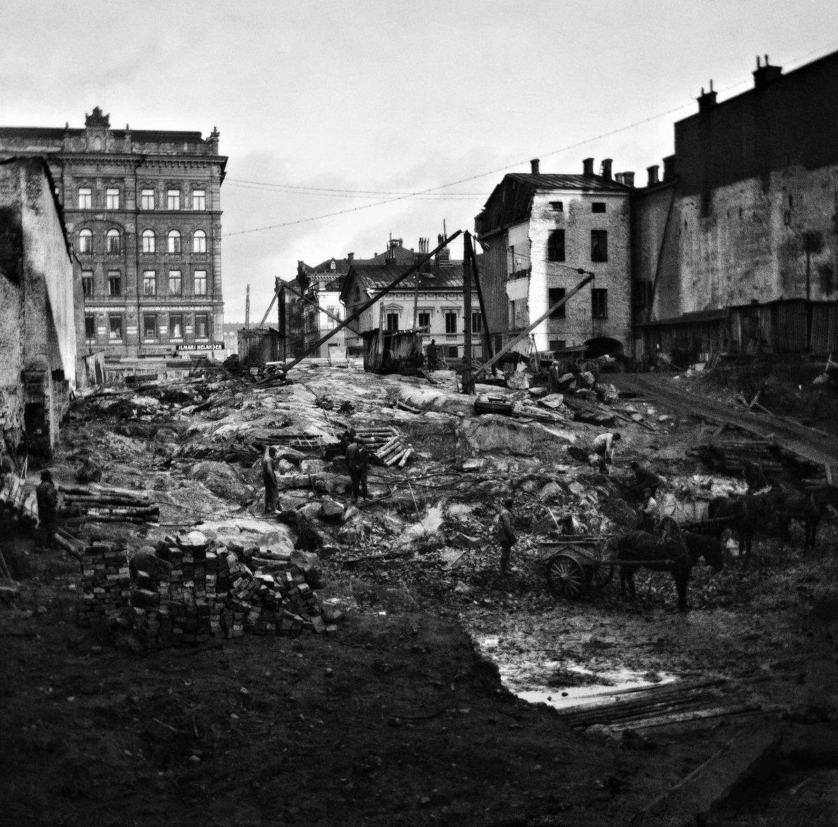 Kadunrakennustöitä nykyisen Keskuskadun (entinen Hakasalmenkatu) kohdalla vuonna 1918.