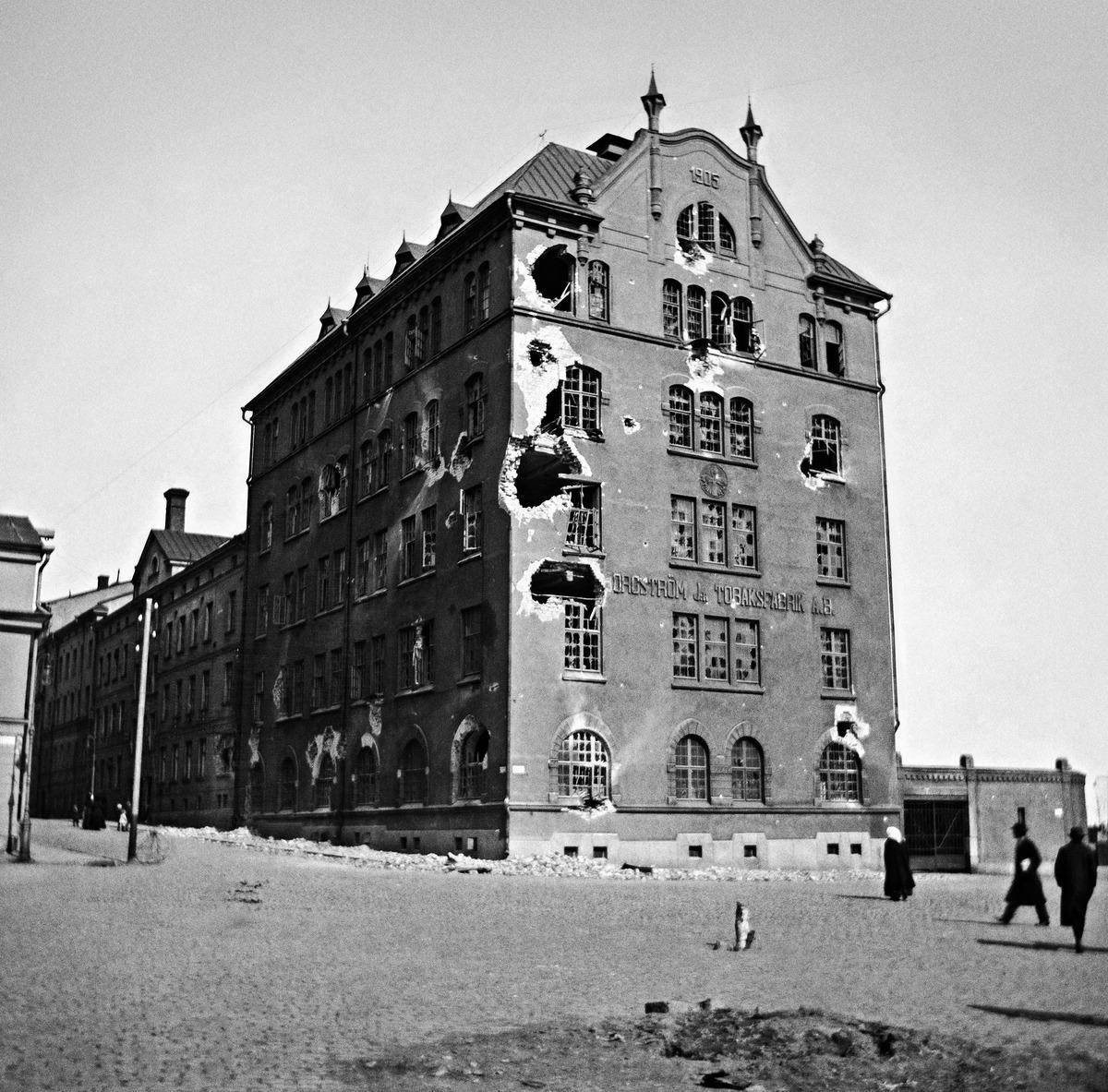 Borgströmin tupakkatehtaan tuhoja saksalaisten pommituksen jälkeen huhtikuussa 1918.