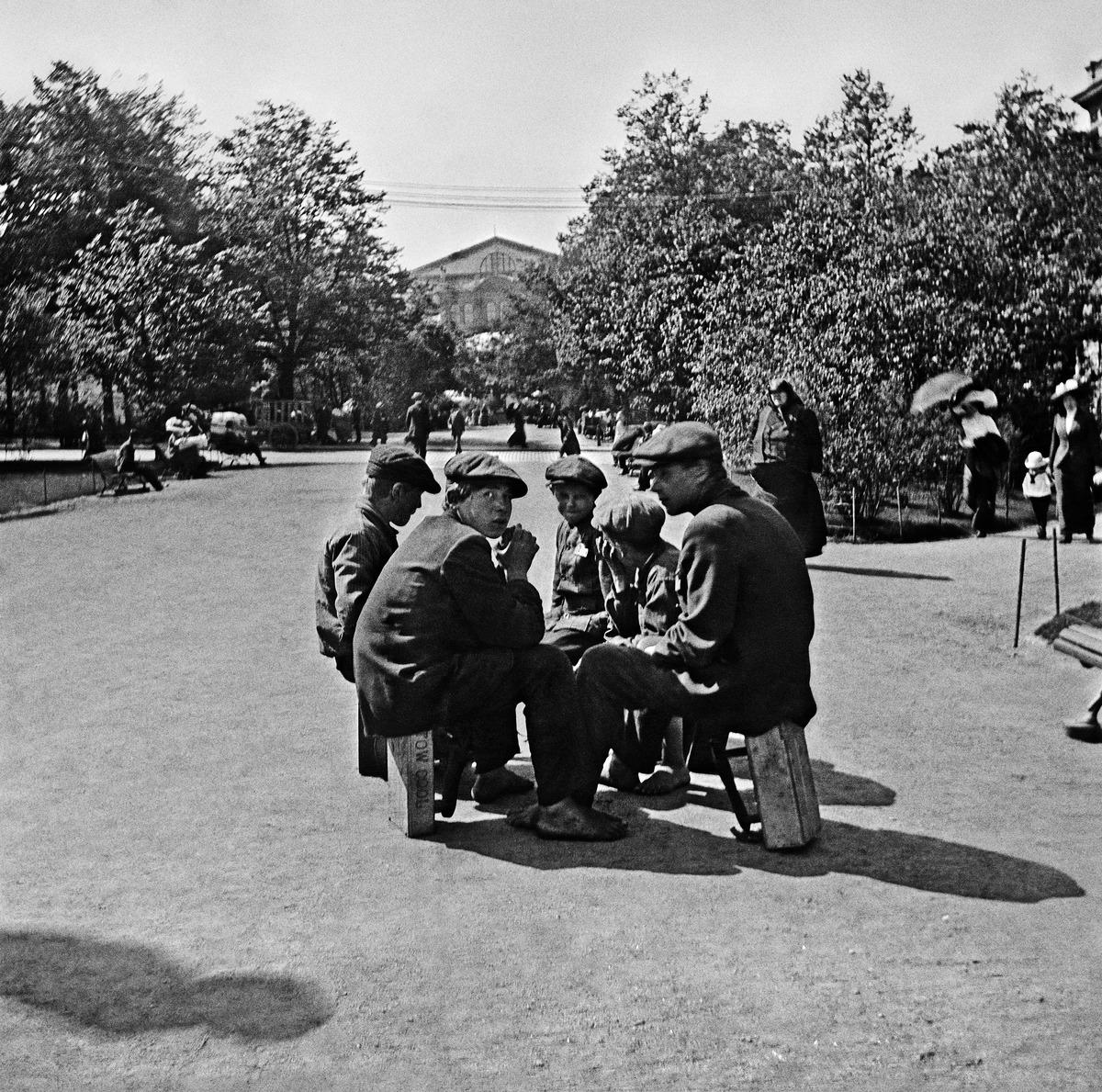 Kengänkiillottajapoikia Esplanadin puistossa vuonna 1912.