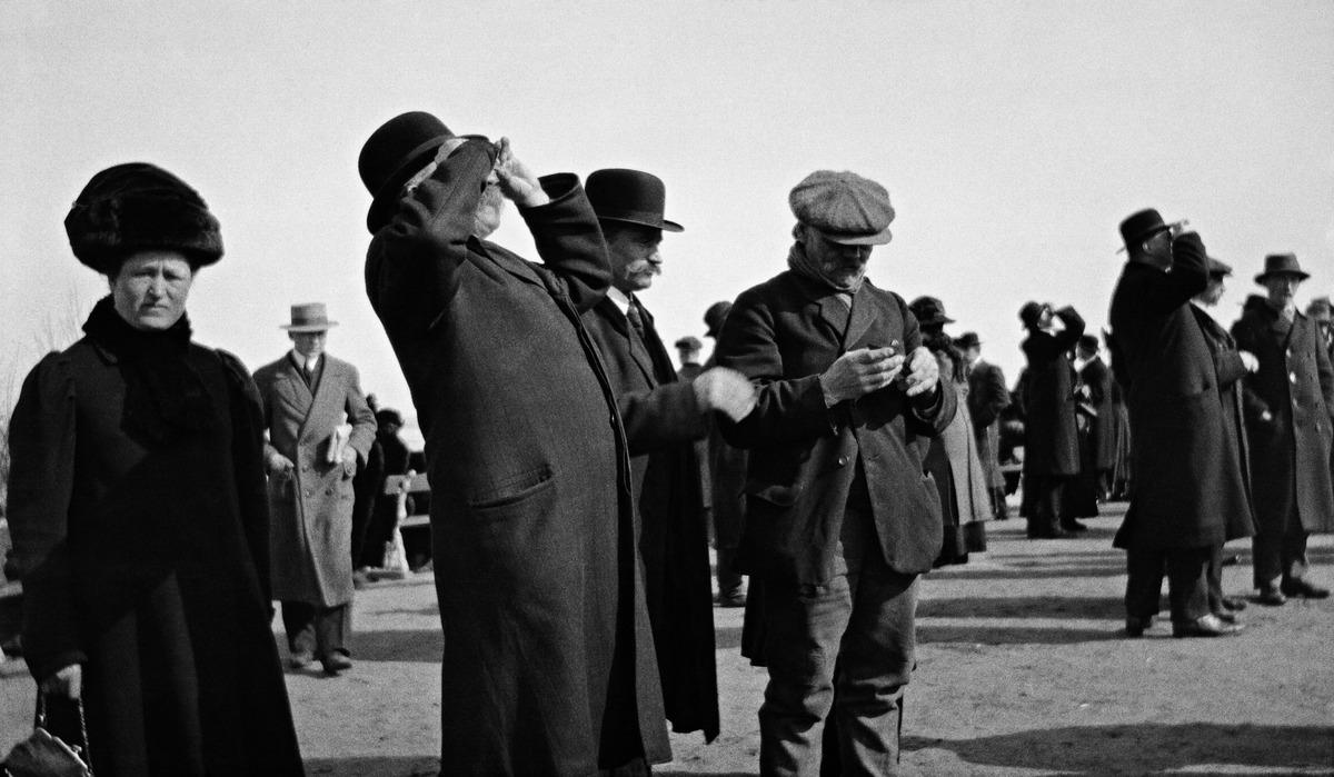 Auringonpimennyksen katselua Ulriikaporinvuorella (Tähtitornin vuorella) huhtikuussa 1912.