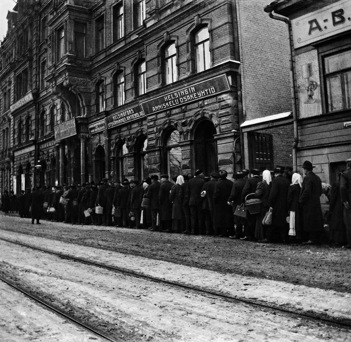 Perunajono Läntinen Heikinkatu 20:n (Mannerheimintie 16) edustalla vuonna 1918.