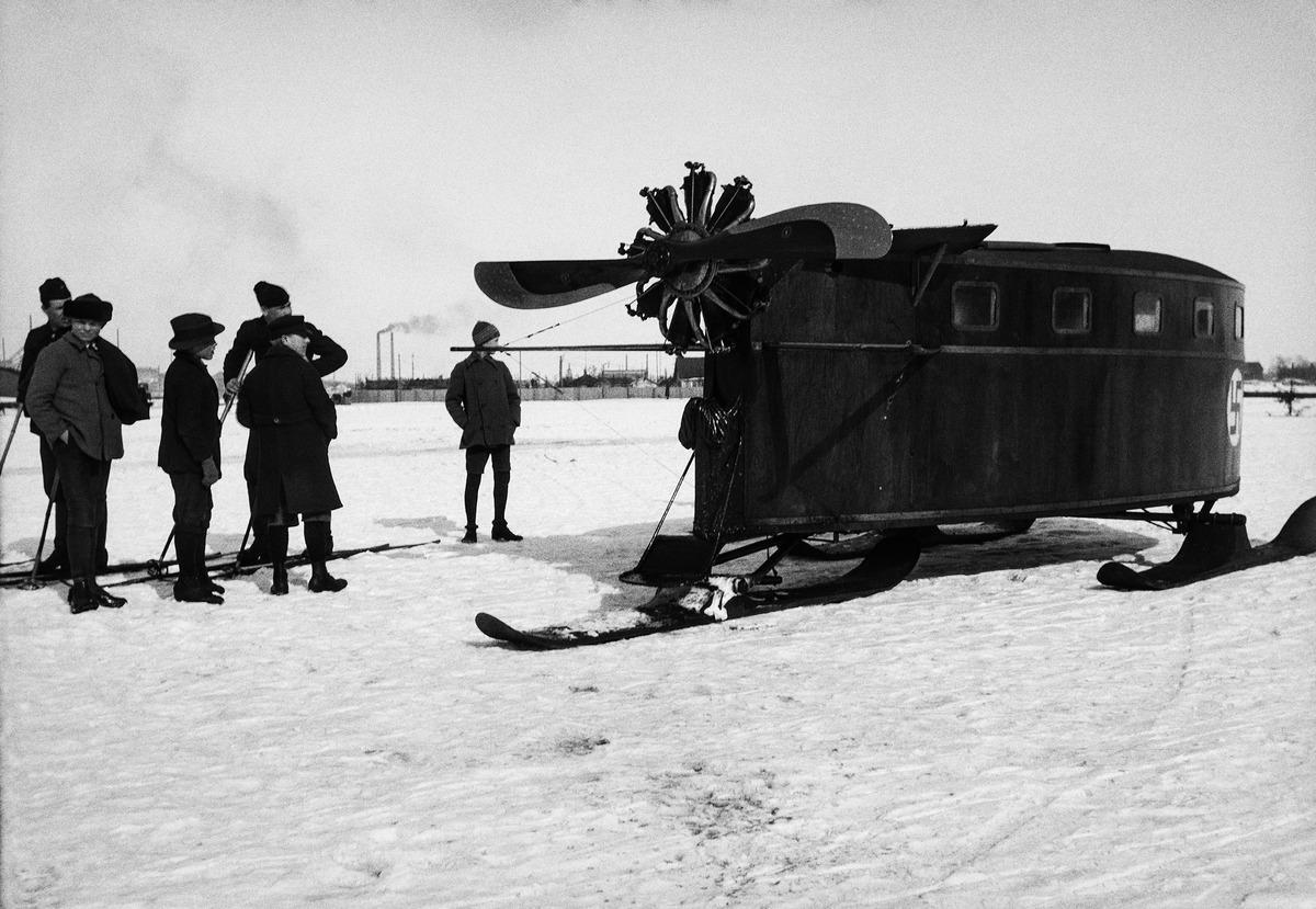 Helsingin ja Santahaminan välisessä ilmavoimien henkilöliikenteessä toiminut jääkiitäjä oli umpinainen, ilmapotkurin ja jalasten voimin kulkenut moottorireki