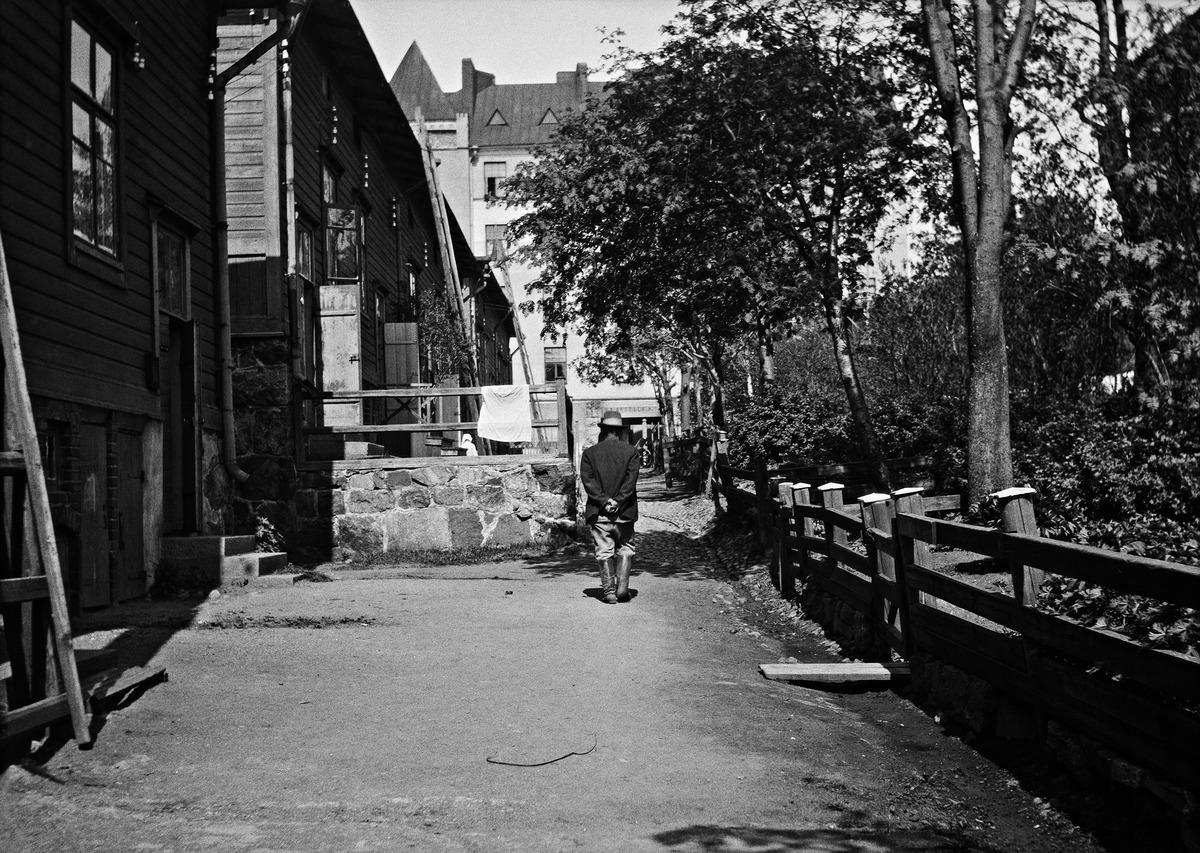Ruoholahden villojen eli ?Sadan markan villojen? rauhallista pihapiiriä Ruoholahdenkatu 9?19 kesällä 1919.