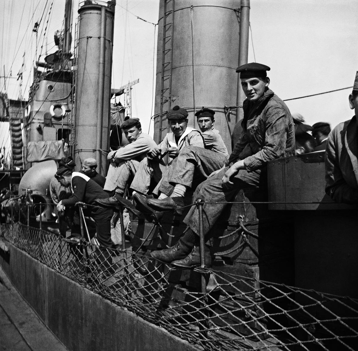Ranskalaisen torpedoristeilijä Temerairen miehistöä toukokuussa 1919 vierailulla Helsingissä