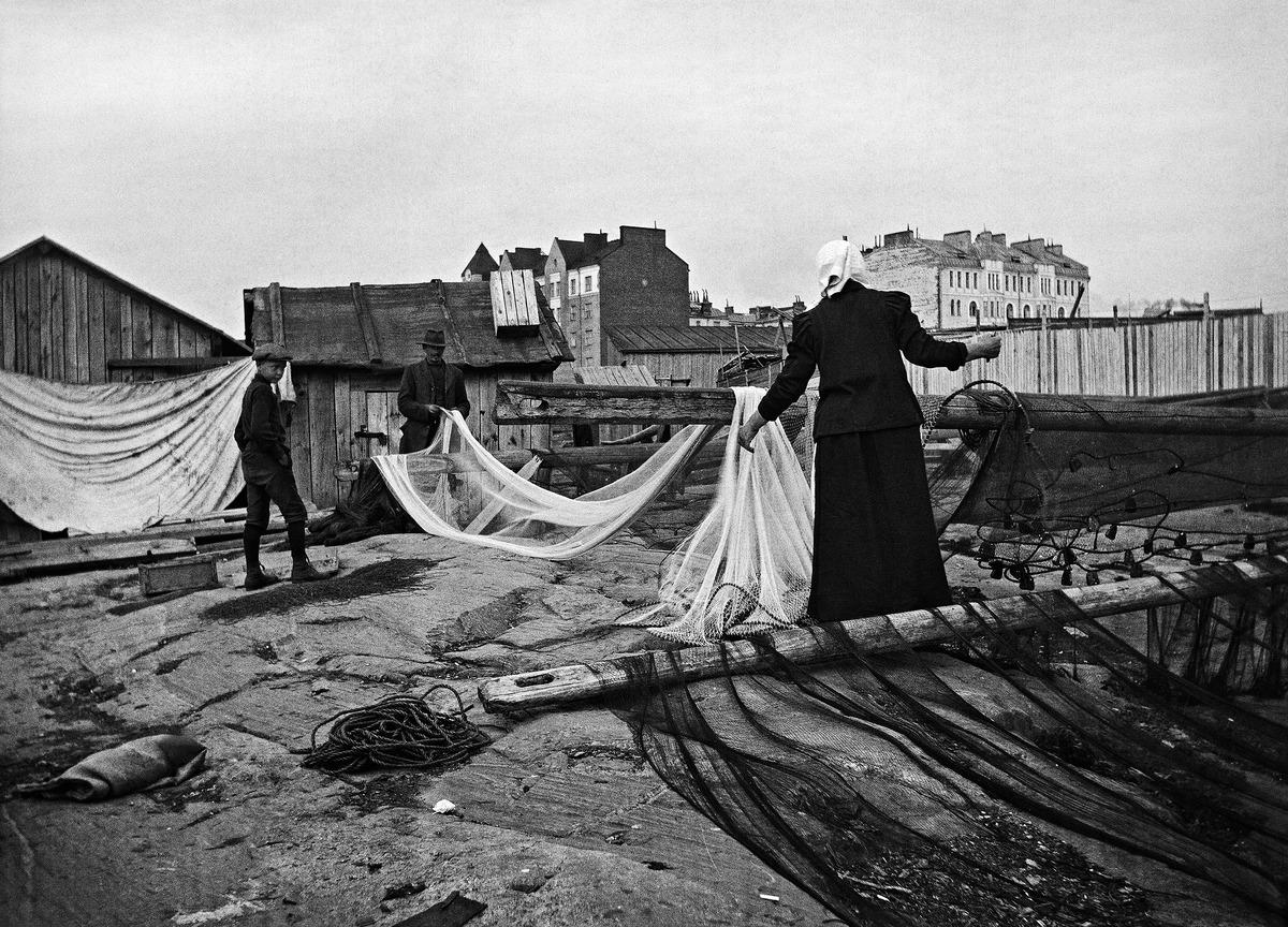 Kalaverkkojen kuivausta ja korjausta nykyisen Hernesaarenkadun loppupäässä 1910-luvulla