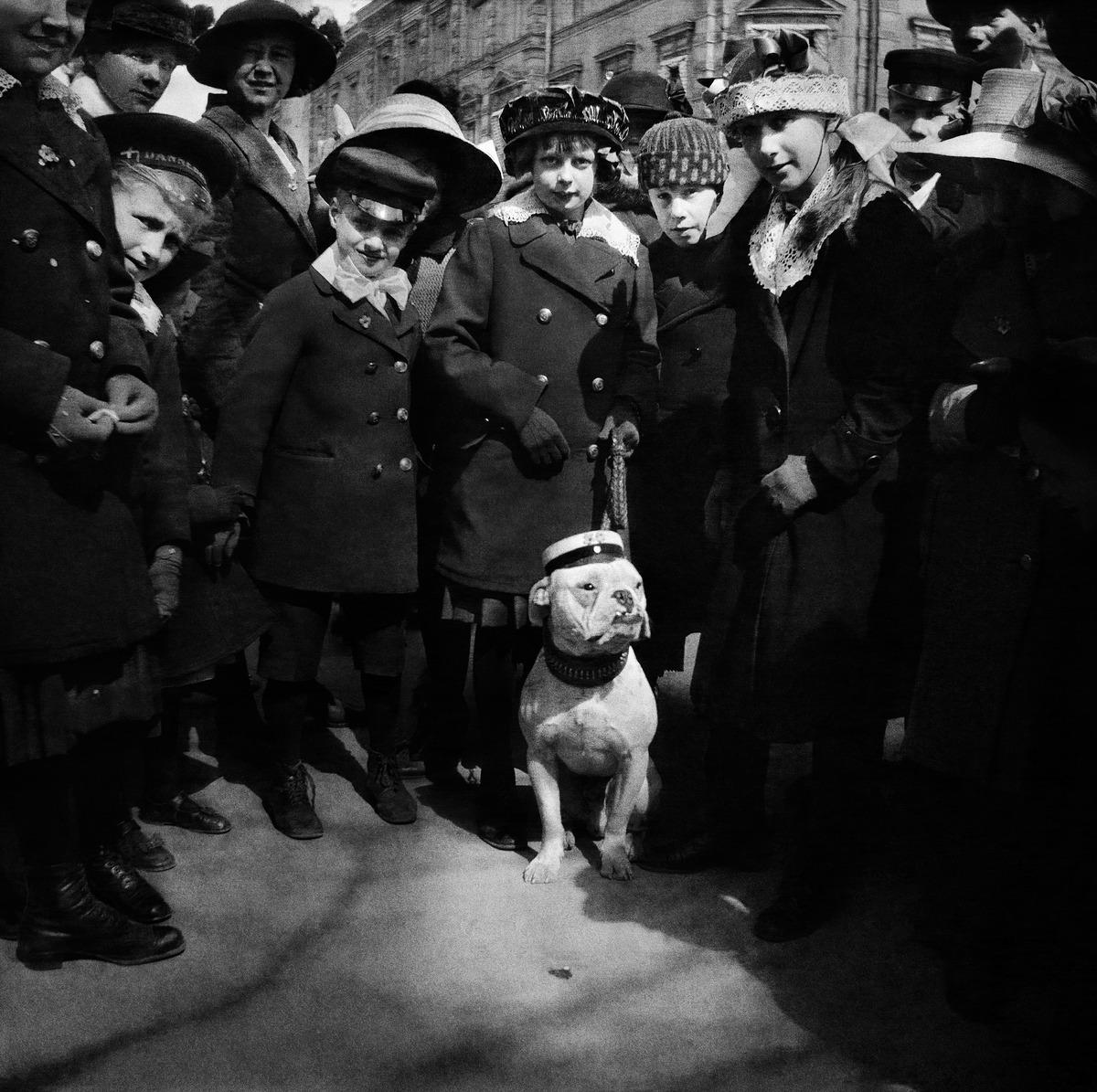Lapset ja koira viettävät vappua Kauppatorilla Pohjois-Esplanaadikatu (Pohjoisesplanadi) 17:n edustalla