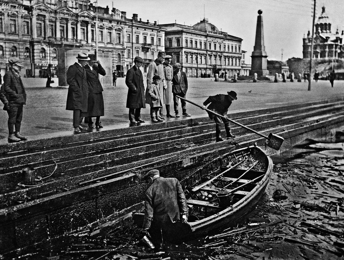 Naftaa nostetaan Eteläsatamassa Vasikkasaaren räjähdyksen jälkeen.Vasikkasaaren ammusvaraston 8.2.1919 räjähdys rikkoi kaupungissa ikkunoita ja mereen pääsi suuria määriä naftaa eli dieselöljyä, joka keväämmällä kulkeutui kaupungin rannoille