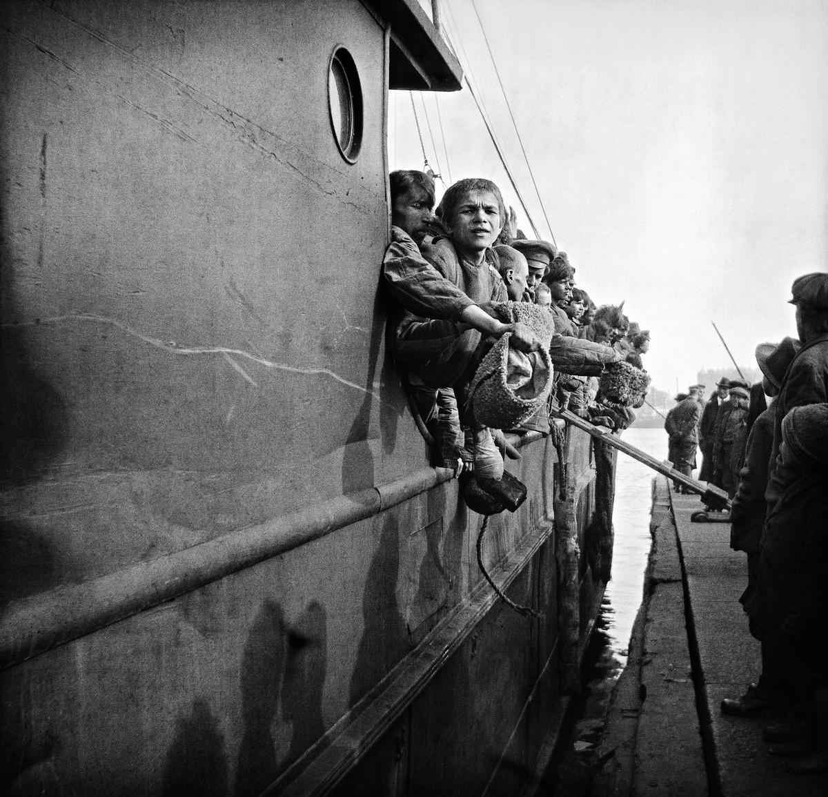 Sisällissodan aikana Joensuussa vangittuja venäläisiä siirretään Kauppatorilta Helsingin edustalla sijaitsevaan Melkin saareen pakkotyöhön vuonna 1918.