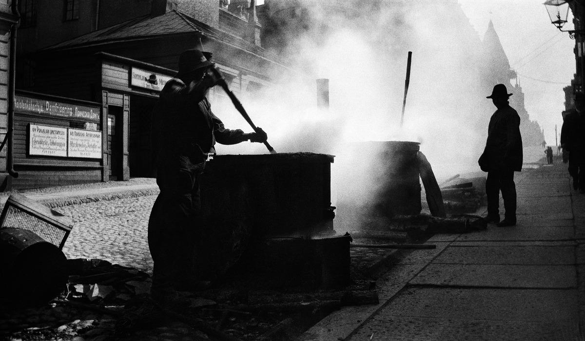 Asfalttia kuumennetaan kadunrakennustöissä 1910-luvulla Korkeavuorenkadulla.