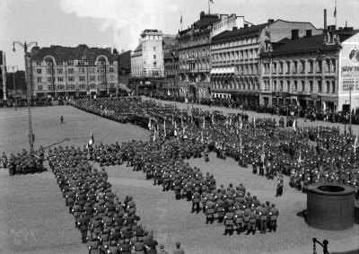 Puolustusvoimien vuosipäivän paraatiin osallistuvia joukkoja kokoontuneina Rautatientorille 16. toukokuuta 1921.