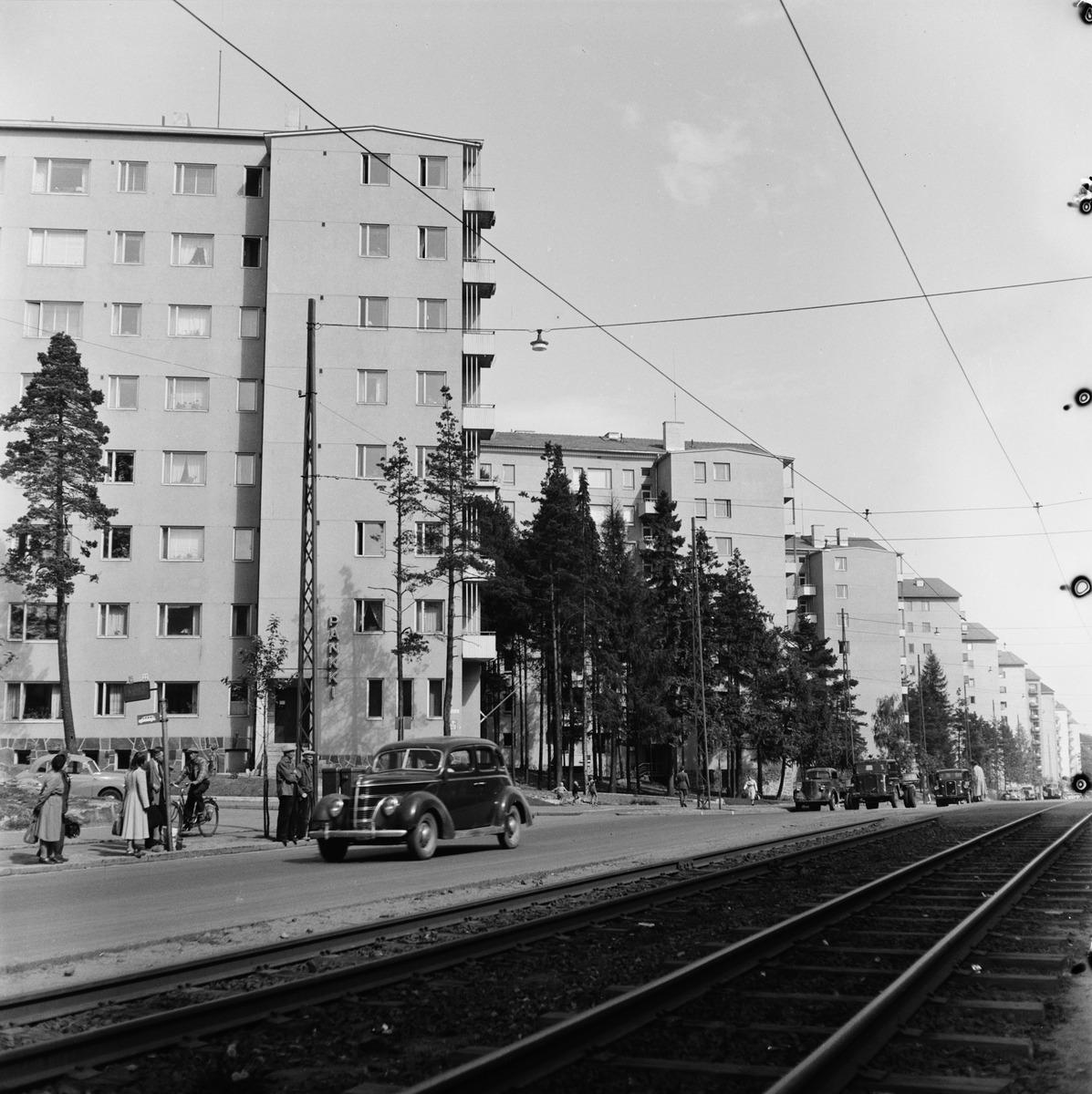 Mannerheimintie 91 - 71.  Etualalla linja-autopysäkki Mannerheimintien ja Lehtikuusentien kulmassa.