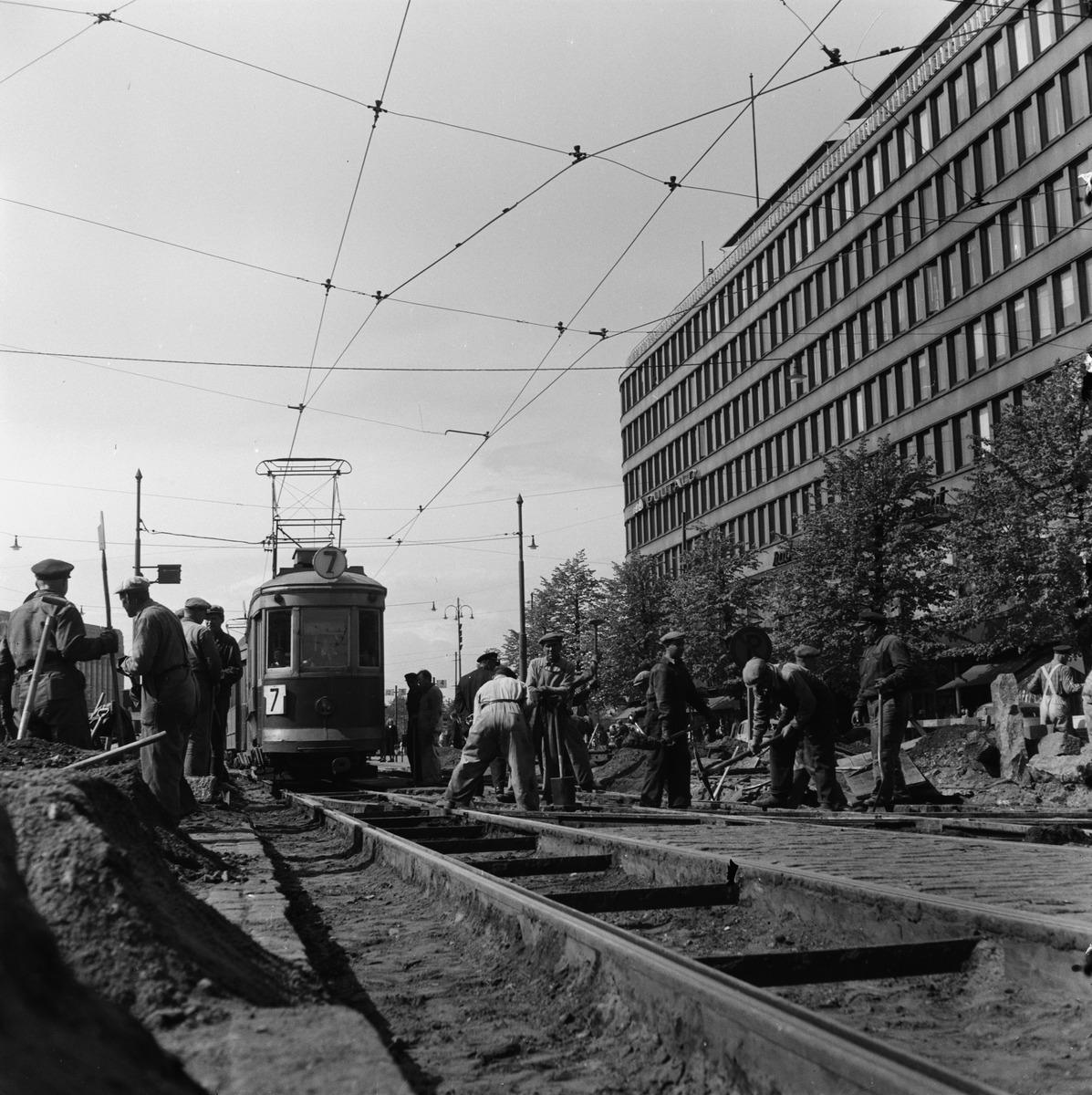 Raitiotiekiskoja korjataan Mannerheimintien ja Kaivokadun risteyksessä