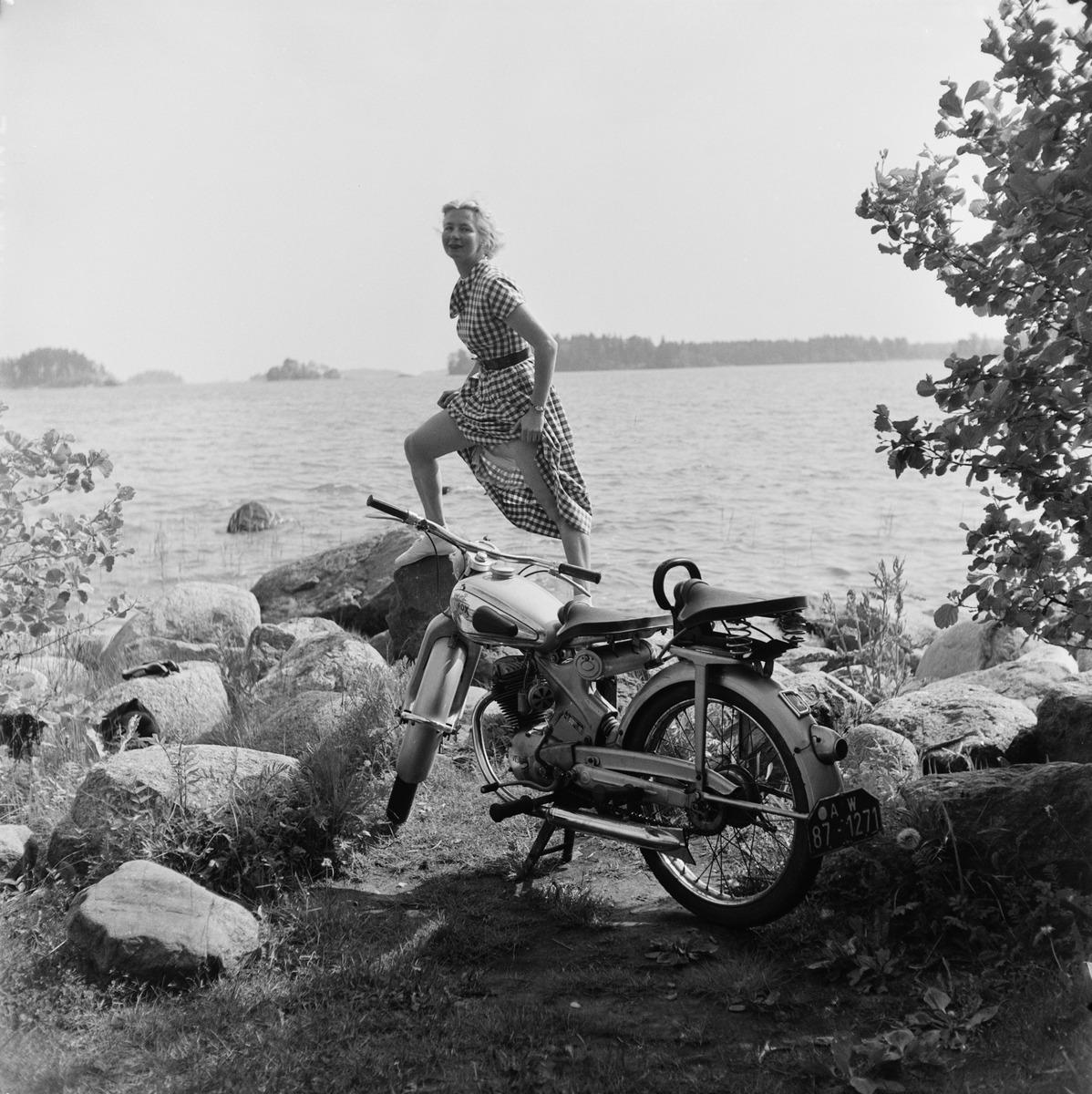 Gisela von Bonin ja saksalainen NSU Fox -moottoripyörä meren rannalla Helsingin olympialaisten aikana.