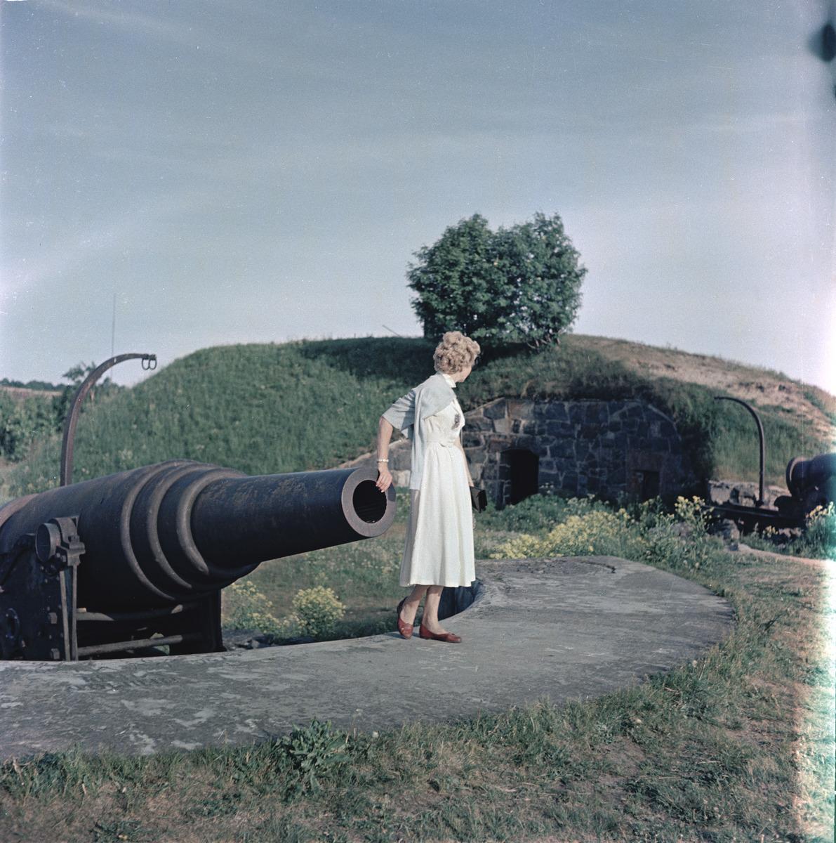 Gisela von Bonin, valokuvaaja Volker von Boninin vaimo, Suomenlinnassa Kustaanmiekan valleilla.