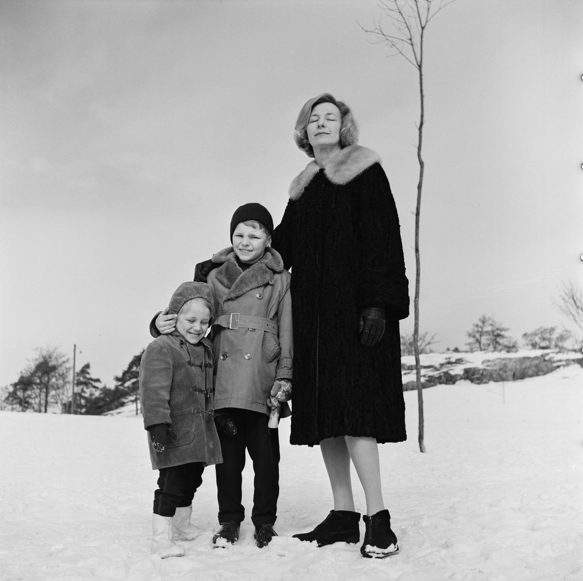 Valokuvaaja Volker von Boninin perhe ulkoilemassa talvella Kaivopuistossa.