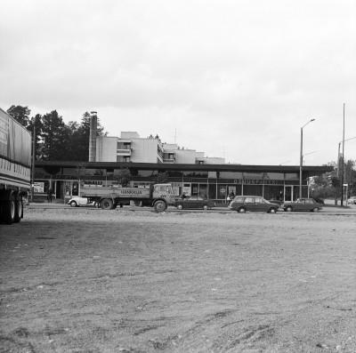 Pukinmäki, Pukinmäen aukio ja ostoskeskus.