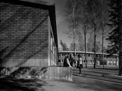 Tyttöjä Kannelmäen kansakoulun pihalla.