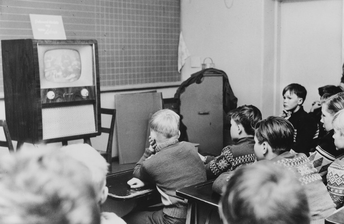 Lapinlahden kansakoulussa katsotaan koulu-tv :n ensimmäistä lähetystä Suomessa vuoden 1957 alussa