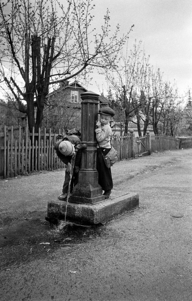 Lapsia vesipostilla Pasilassa Kyllikinkadun ja Pasilankadun kulmassa.Juomassa oleva poika Pekka Laakso
