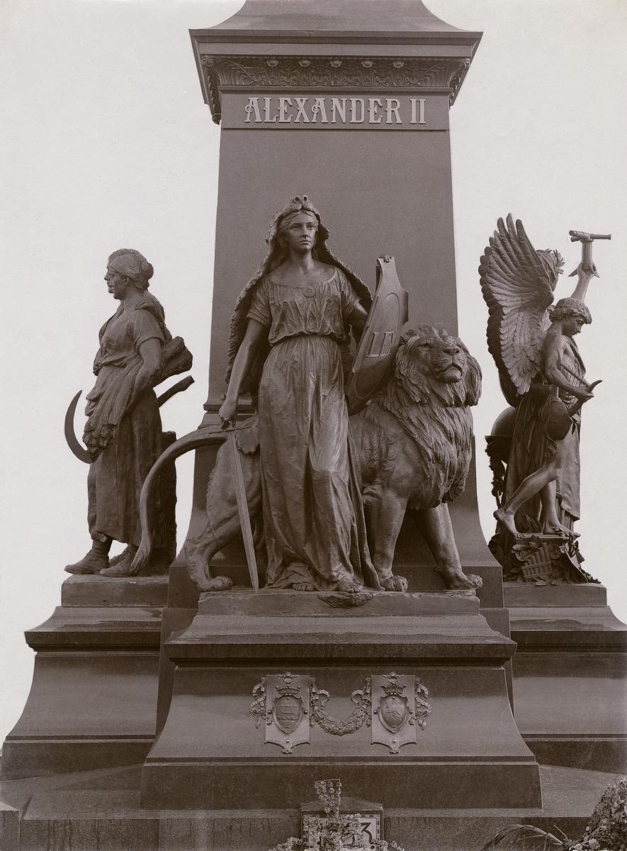 Keisari Aleksanteri II:n muistopatsaan jalustan veistos Lex.