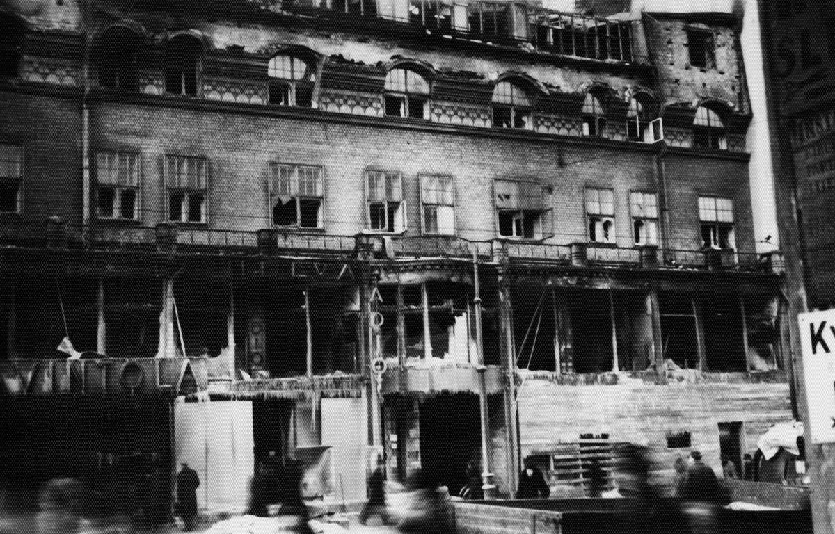 Siltasaarenkatu 6, vaurioituneena jatkosodan pommitusten aikaan