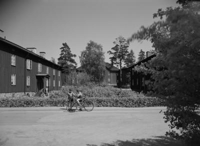 Käpylä, Sampsantie 13. Puisia, kaksikerroksisia asuintaloja