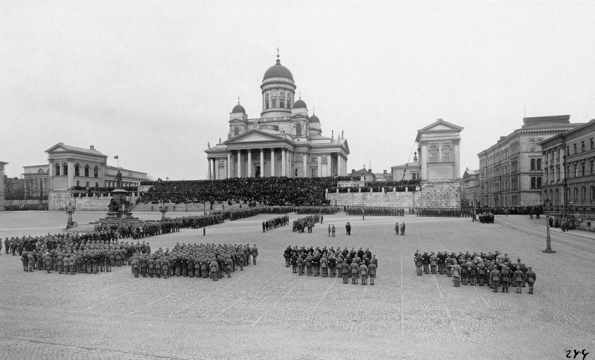 En la plaza de la catedral blanca de Helsinki
