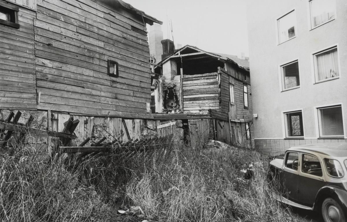 Oikealla Violankatu 6, vuonna 1957 rakennettu kerrostalo