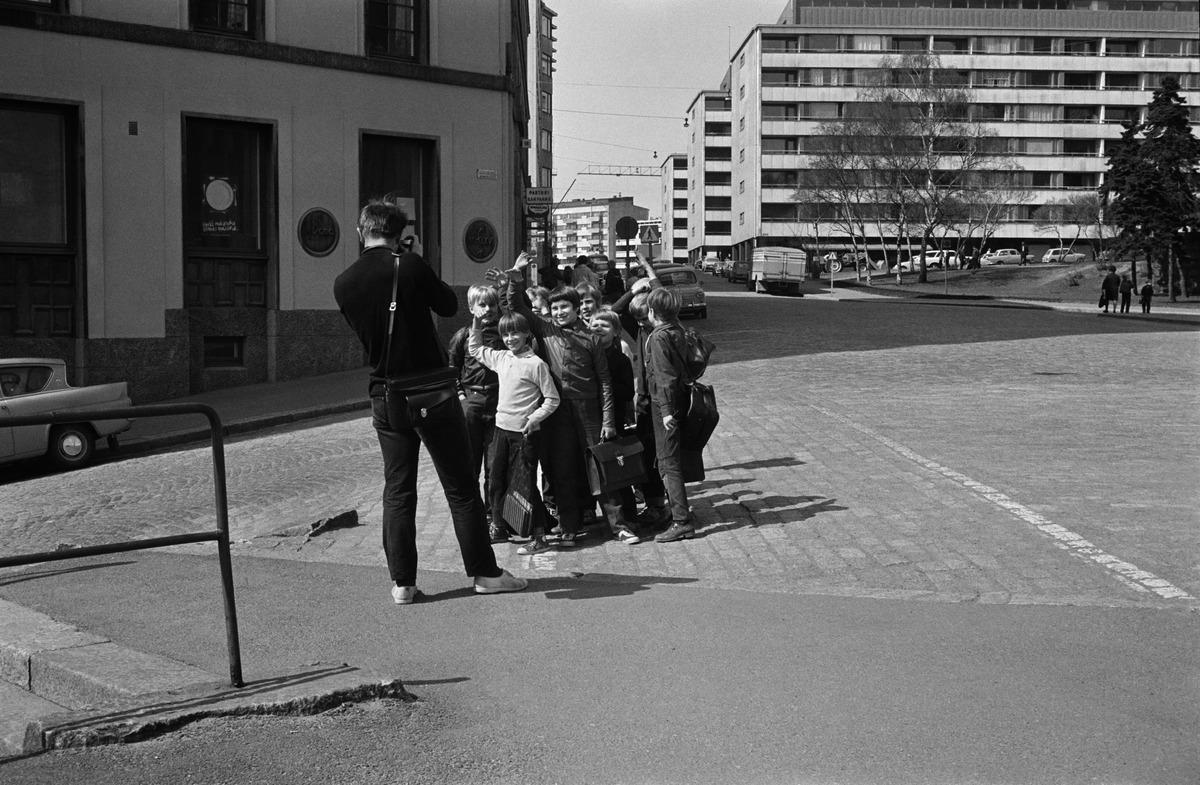 Valokuvaaja Simo Rista kuvaamassa koulupoikia Kallion kansakoulun (Neljäs Linja 15-9) kulmilla