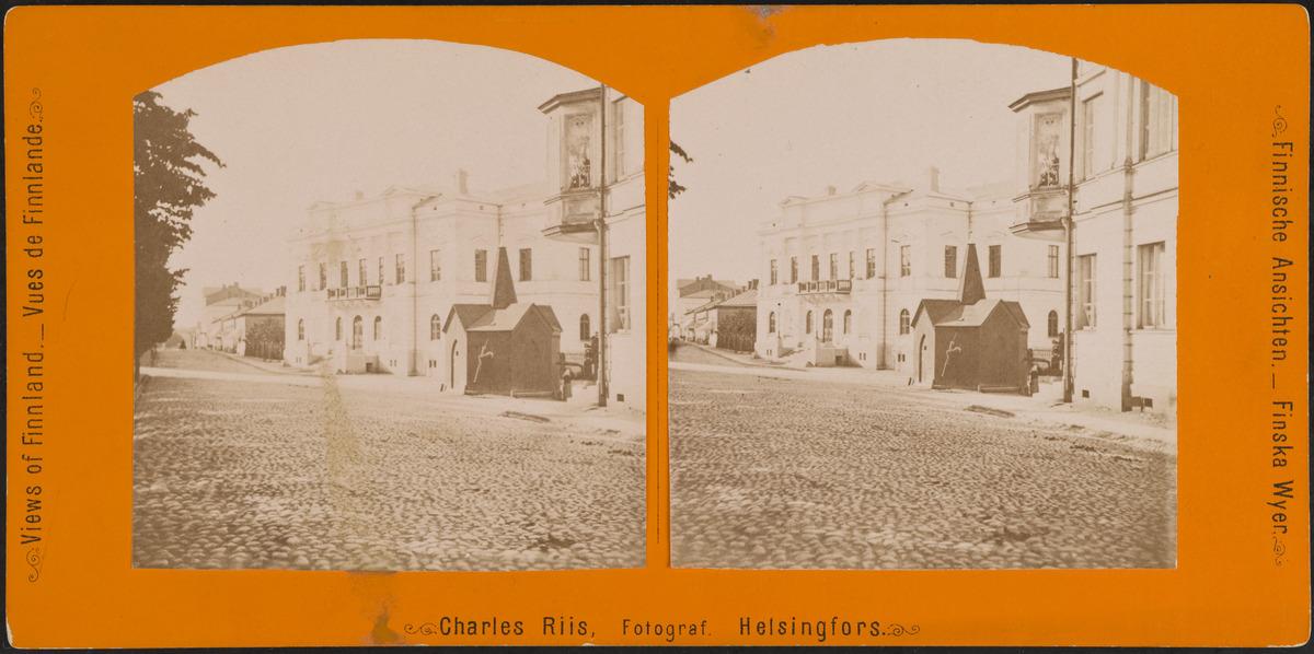 (Vanha) ylioppilastalo ja Kluuvin kaivo Itäisen Heikinkadun eli nykyisen Mannerheimintien varrella.