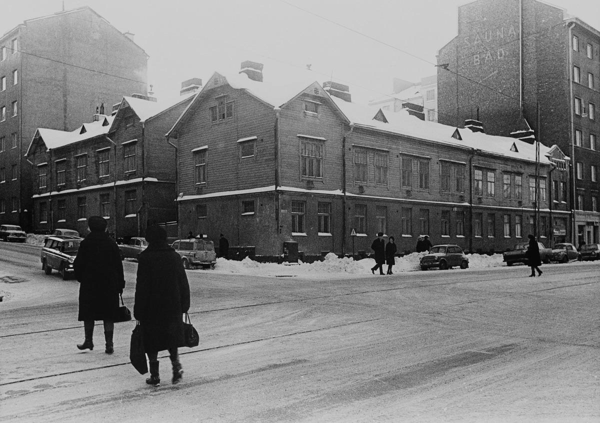 Helsinginkatu 18 - Fleminginkatu 16. Rakennus purettu 1970-luvun alussa (nyk. rakennus valmistunut 1972).