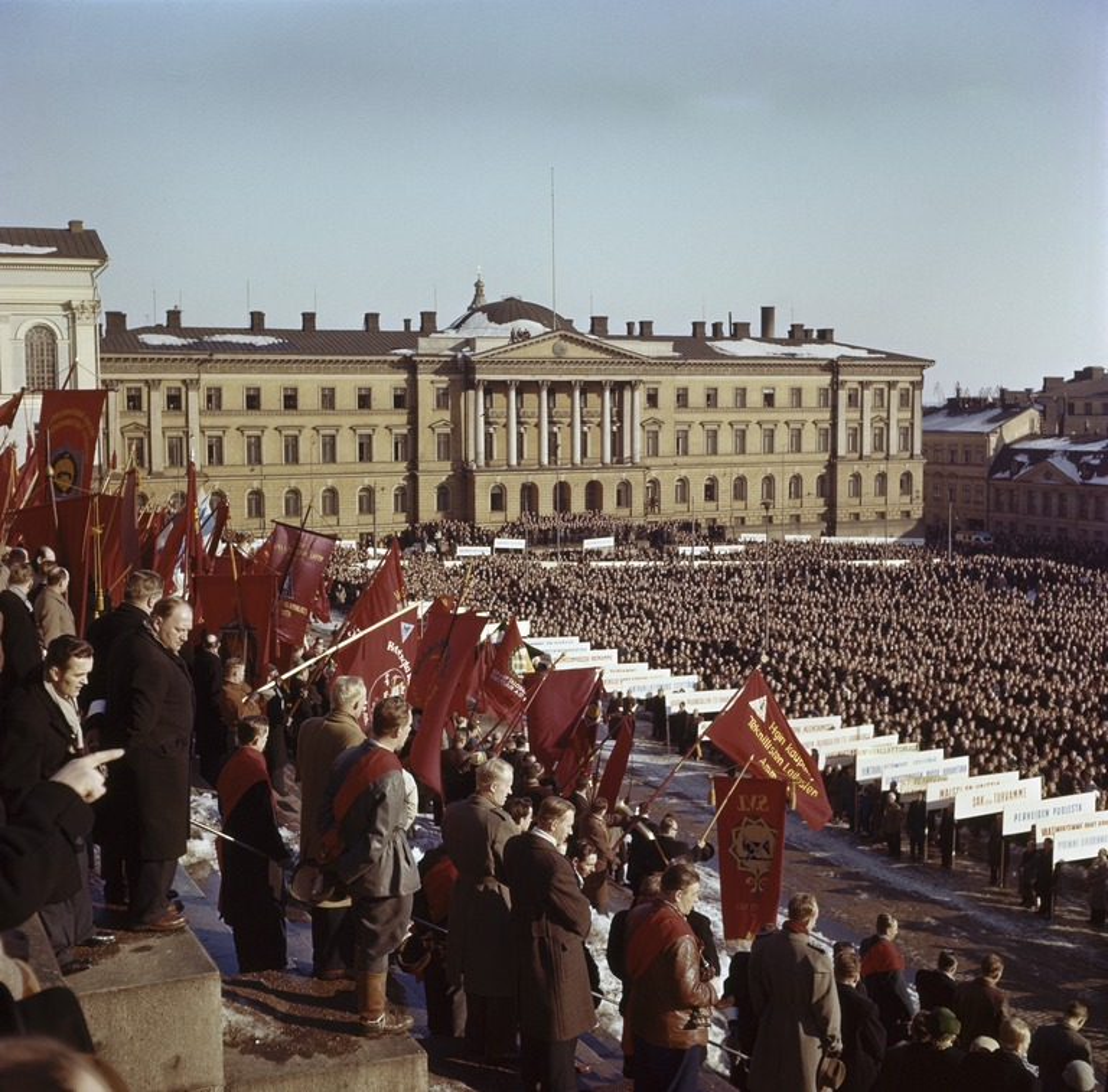 Mielenosoitus yleislakon aikaan Senaatintorilla maaliskuussa 1956.