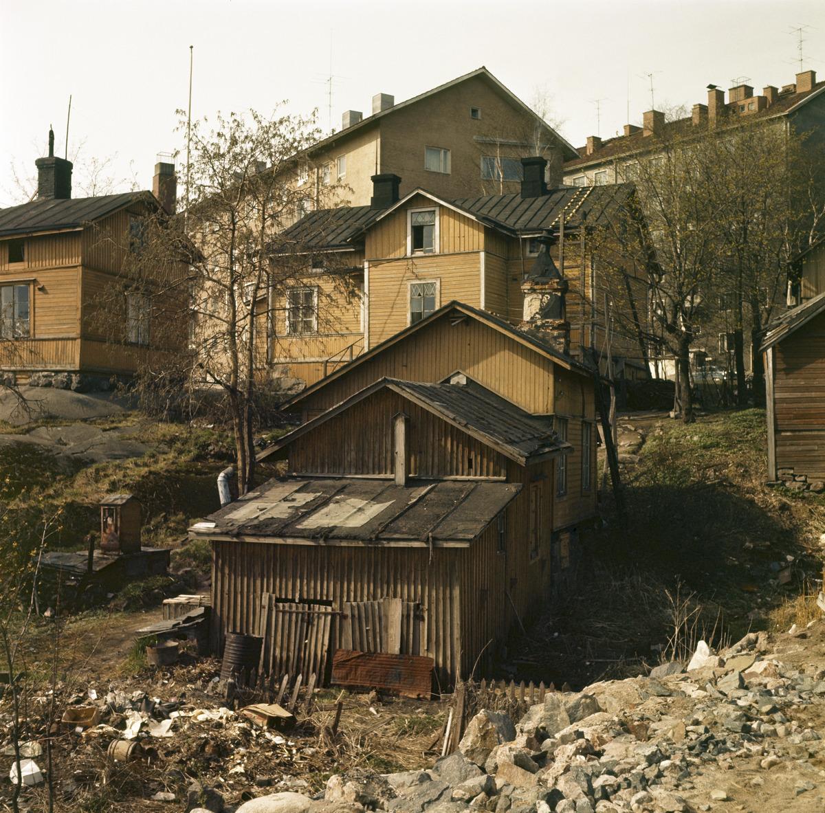 Hermanni. kortteli 657. Oihonnankatu 20 .Pihalla on kaivo ja jätteitä (komposti?)