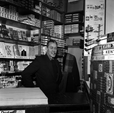 Tupakkakauppias Bertel Westerholm Nizza Sikaarituonti Oy -liikkeessä (vuodesta 1975 Westikan Tupakka) Arenan talossa, Siltasaarenkatu 11, Hakaniemi