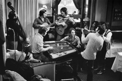 Hortto Kaalo, ensimmäinen romanimusiikkiin erikoistunut yhtye Suomessa, esiintymässä Hotelli Tornin ravintolassa