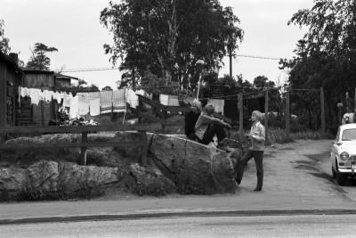Nuorisoa istuskelemassa kalliolla Selmankadun ja Pasilankadun kulmassa