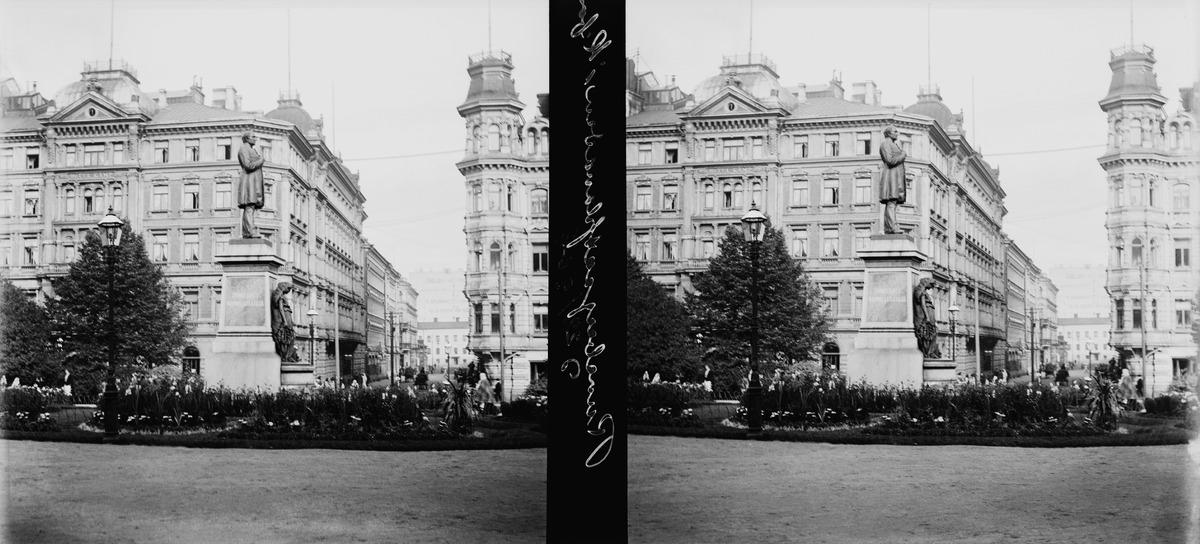Runebergin patsas Esplanadilla, taustalla Kluuvikatu ja hotelli Kämp.