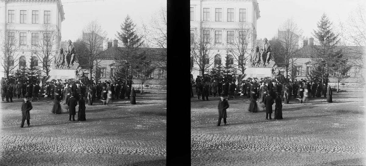 Lönnrotin patsaan paljastustilaisuus Antinkadulla, nykyisen Lönnrotinkadun varrella olevassa Lönnrotin puistikossa.