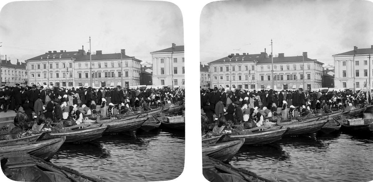 Näkymä Kauppatorille, saaristolaisveneitä Kolera-altaalla.