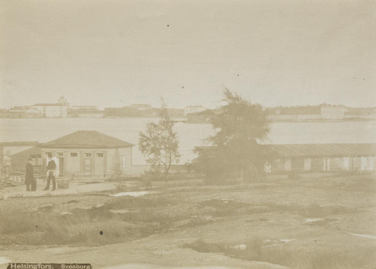 Kaivopuiston ranta, Etelärannan uimalaitos, taustalla Suomenlinna.