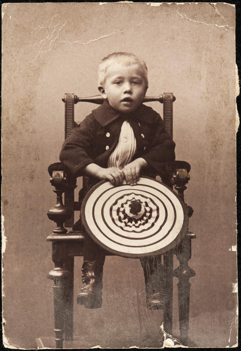 Constantin Grünberg (s. 1891) istumassa.