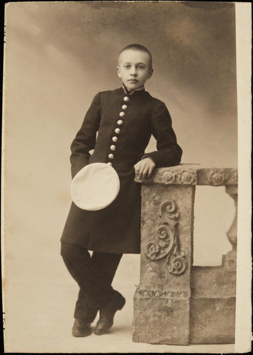 Univormuun pukeutunut kolmetoistavuotias Constantin Grünberg.