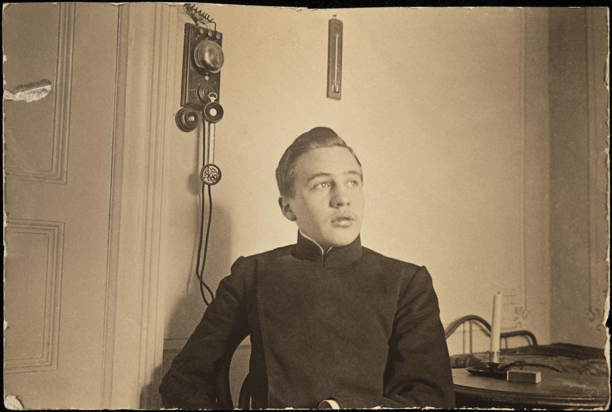Constantin Grünberg (s. 1891) istumassa