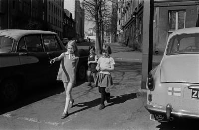 Kolme tyttöä kadulla Pitkänsillanrannassa Saariniemenkadun kulmassa.