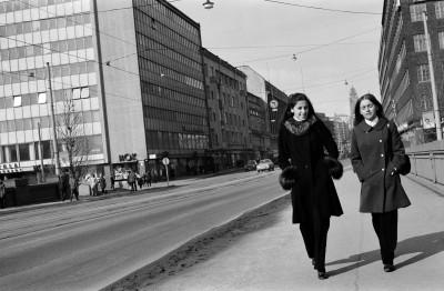 Jalankulkijoita Pitkälläsillalla, vas