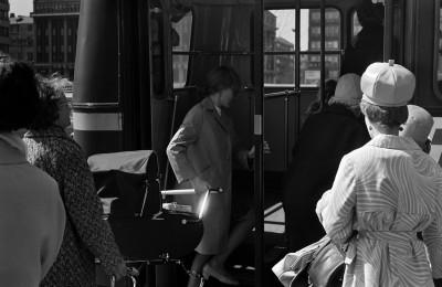 Kaksi naista nostaa lastenvaunuja takaovesta bussiin Hakaniementorin laidalla