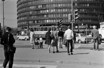Jalankulkijoita Ympyrätalon edustalla Hämeentien alussa