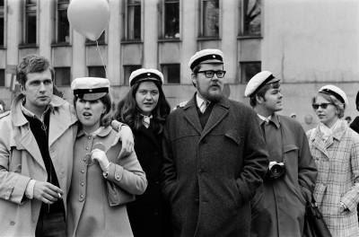 Ylioppilaslakkipäisiä ihmisiä seuraamassa Kaisaniemenkadun varrella työväen vappumarssia Metsätalon kohdalla 01.05.1970